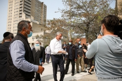 09-15-2020 - Mayor Bill de Blasio visits Coney Island to help prep Rosh Hashanah holiday food donation packages for seniors and has a meeting with locals and Rabbi Moshe Wiener  (exec. dir. or the local JCC) before the start of the Jewish New Year. Photo by Erica Price