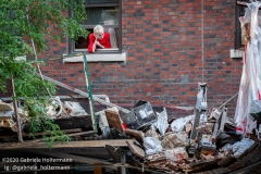 A building resident looks at the destruction caused by a scaffolding accident which killed one and injured three at 136 E 36th Street in New York City on July 16, 2020. (Photo by Gabriele Holtermann/Sipa USA)