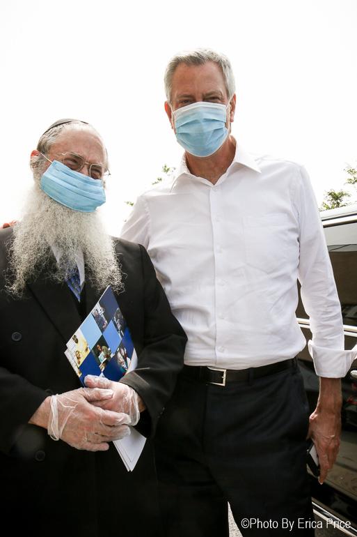 Mayor Bill de Blasio visits Coney Island to help prep Rosh Hashanah holiday food donation